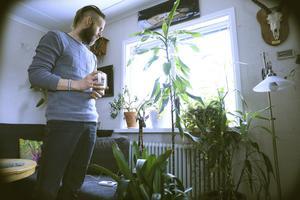 Paret Oja trivs i hemmet bland växterna som alla har en egen historia.