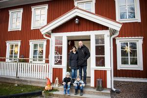 Jonas Söderberg och Therese Vestberg bor sedan 2011 på gården i Nolby tillsammans med sönerna Sigge och Harry, varannan vecka bor också Jonas två andra söner där. De gamla fönstren har tagits till vara och sitter nu i farstukvisten.