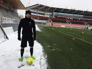 I kortbyxor i snön. Daniel Björnquist spelar helst i shorts, oavsett väder.