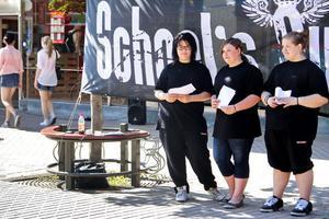 Lina Lund, Fanny Wannberg och Denice Lind delade ut flygblad för att engagera fler vuxna att gå på den nyktra avslutningsfestivalen School's out.