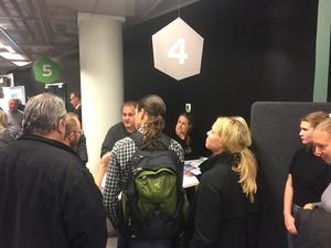 Diskussion i smågrupper avslutade mötet. Vid var och en av stationerna fanns experter eller politiker som kunde svara på frågor om projektet.