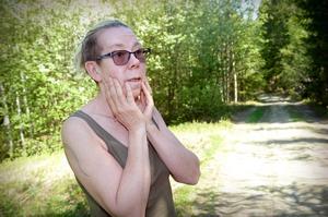 Här, längs en skogsbilväg i Forsed, försvann långhårs Schäfern Devil tillsammans med en annan hund förra tisdagen. Devils ägare Irene Söderberg är förtvivlad över situationen och vädjar till alla att hålla ögonen öppna och rapportera till henne, eller polisen, om man ser en lös hund i området.