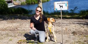 Anna Kringberg, från Stockholm, besöker Karlslundsbadet i Bollnäs med sin familj och deras labrador, Eddie.