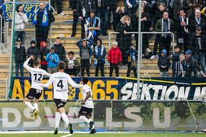 Jake Larsson firar 1–0-målet tillsammans med Arvid Brorsson och Kevin Wright.