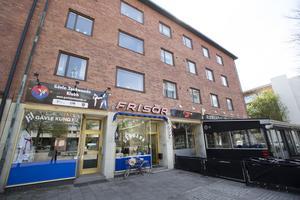 I fastigheten som är till salu finns bland annat lägenheter, Lundéns Frisersalong och Adrians Restaurang och Bar. Prislappen kan landa på mellan 20 och 30 miljoner kronor.