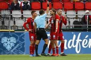 Det röda kortet som fick Kaspar Sjöberg att hiva upp det röda kortet till Dino Islamovic. Foto: TT
