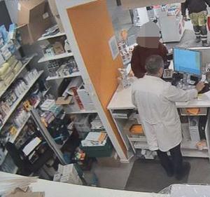 Kvinnan besöker apoteket Kronan i Weda och lurar till sig mediciner och fångas på apotekets övervakningskamera.