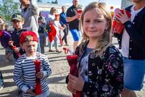 Kusinerna Oscar och Lovisa von Schlieben, fem och åtta år, laddade med varsin slush inför cirkusföreställningen.