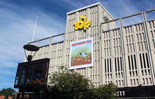 Marion Belins och Tony Lorenzis konstverk på Igos fasad blir något av en trojansk häst bland citys gråa hårda ytor och reklambudskap.