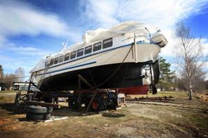 Sedan november förra året ligger M/S Tärnan tryggt på land. Men så snart vattnet har  stigit i Ströms Vattudal så ska båten sjösättas igen för ännu en sommar som turistbåt.