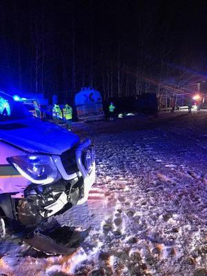 Tankbilen touchade in i fronten på en minibuss. Fordonet fick lite plåtskador men föraren klarade sig oskadd. Foto: Oskar Persson