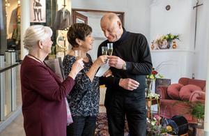 Vigselförrättaren Lena Andersson skålar med Gun-Britt och Lars Lundin som har förnyat sina löften.