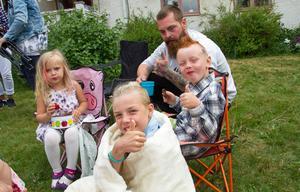 Minda Lindström, Melker Brolin, Hannes Lindström och Fredrik Lindström (längst bak) gör tummen upp för jordgubbar och sommarlov.