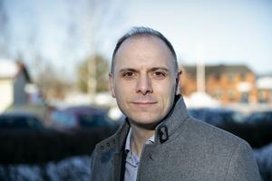 Fredrik Jarl (C) vill inte spekulera i vad som händer vid fullmäktigebehandlingen av de föreslagna satsningarna på förskolebyggen i Bäsna och Dala-Floda och ombyggnad av kommunförrådet vid Täktberget, konstaterar skribenten.