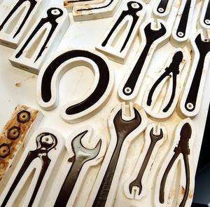 Här är de fyllda formarna och verktygen väntar nu på att massan ska stelna.