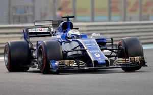 Marcus Ericsson med de röda, supermjuka däcken, som han startade Abu Dhabis GP på och som han aldrig riktigt fick att fungera. När han med drygt 20 varv kvar fick på de ultramjuka däcken blev det en helt annan fart på Sauberbilen, och Marcus körde om Williams Lance Stroll och ikapp Toro Rossos Pierre Gasly. Foto: Luca Bruno/TT