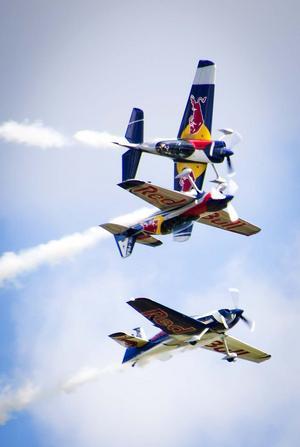 Världskändisarna Flying Bulls ned sina XA-42. Foto: Mikael Forslund.