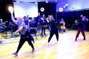 Värnamo musikskolas lärare repeterar för fullt inför lördagens musikquiz som sänds över nätet.