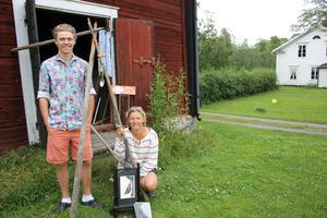 Son och mamma, Ulrika Ubonér Thorstrand och Eric Thorstrand ställer båda ut i gården Öster Edsvik på Björkö. Deltar på utställningen är även Erics kusin Axel Thorstrand.