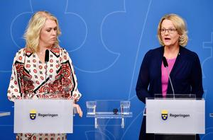 Barn-äldre och jämställdhetsminister Lena Hallengren (S) och migrationsminister Helén Fritzon (S). Foto: Anders Wiklund / TT
