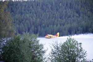 Brandflygplanen tankar bara ett par hundra meter från Sonja Perssons hem.