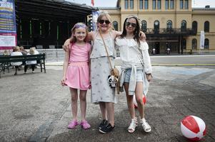 Tindra Östlund, Ella Andersson och Tuva Östlund följde med sina mammor till Sundsvall Bjuder för att njuta av musiken på tisdagskvällen.