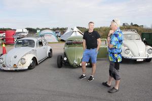 Fredrik Hörne och Jonas Blom, båda Gävle, snackar bilar.  Just umgänget med andra entusiaster är en viktig ingrediens i träffen. Bakom Fredrik syns han omgjorda bubbla och bredvid den Jonas bil.