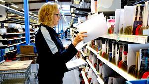 Den tekniska utvecklingen spelar en stor roll på postmarknaden, vilket gör det svårt att mäta om ökad produktivitet är en effekt av omregleringen eller en effekt av den tekniska utvecklingen. På bilden är den produktionsledare Marlene Malm i Birsta som sorterar post.