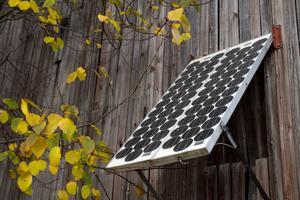 En av Mats Andersson solcellspaneler som installerades 1980, sitter fäst på en lada intill huset.
