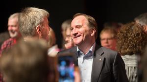 Körens ordförande Leif Eriksson fick en glad pratstund med statsministern.