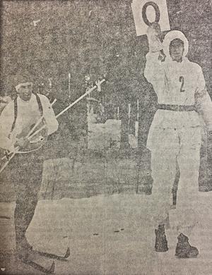 1970 såg det ut så här när skytteresultaten redovisades för publiken. En funktionär höll upp en tavla med antalet bommade skott bakom skidskytten när denne åkte ut från skjutvallen.