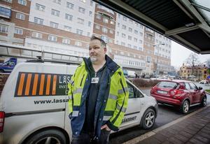 Björn Jansson driver företaget Lås & säkerhet med uppdrag på en av avdelningarna inne på USÖ. Han är en av många som är frustrerade på grund av trafiksituationen.  - Det går åt timmar i bilen och det påverkar enormt när allt tar dubbelt så lång tid, säger han.