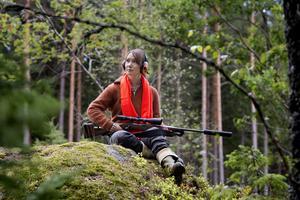 Jägaren Maria Lundgren i väntans tider på passet. Foto: Jessica Gow