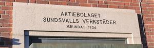 Den klassiska inskriptionen ovanför gamla entrén till det som varit ett begrepp i drygt 250 år: Sundsvalls Verkstäder på Fabriksgatan. Det som nu är Bucher Emhart Glass på Universitetsallén.
