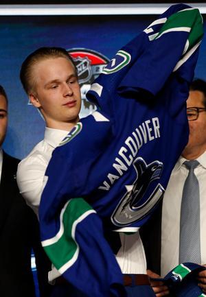 Elias Pettersson valdes så sent som i fjol, som nummer fem totalt, av Vancouver Canucks i draften. I år har han vunnit SM-guld, VM-guld och skrivit på sitt första NHL-kontrakt. I höst väntas han göra debut i Vancouver i NHL.
