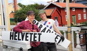 Stadsröra Helena Lambert och Åsa Norling har skapat portaler till Societetsbron, där skyltar väcker frågor om hur vi ser på Norrtälje.