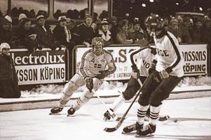 1979 spelades den första VM-matchen i Köping när Sverige slog Norge med 4–0. Matchen följdes av över 5 500 åskådare. Svenske spelaren på bilden är Jan Berlin. Foto: Ulf Johansson/Bbl.