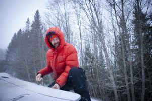 David Kantermo vaxar surfbrädan innan det är dags att hoppa i Kallsjön.