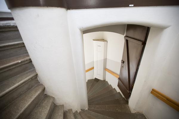I hörnet av vindstrappan står ett högsmalt hörnskåp med nätklädda vädringshål.