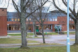 Två elever är avstängda sedan i tisdags och tre elever till väntas bli avstängda på onsdagen, efter bråk på Transtenskolan.