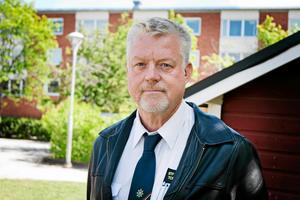 Tommy Jansson råder boende nära Svartån att hålla koll på prognoserna och plocka upp grejer från sina källare i förebyggande syfte.