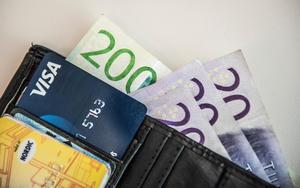 Pengar, bland annat sedlar, i en plånbok.
