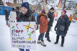 Skolstrejkande unga samlades på fredagen framför Rådhuset i Östersund för att manifestera i