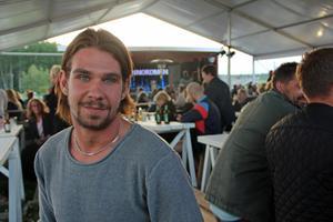 David Byström från Sandviken hade åkt till Trebo med ett stort gäng glada killar och tjejer.