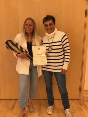 Alexandra Plars tar emot Torsten Wikstrands stipendium av Rotarypresident Eva-Lena Frick vid Andreasgården i Mora.