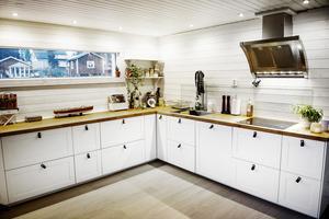 Köket är rymligt och välplanerat.
