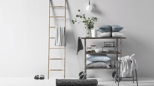 Olika material. Ruffa möbler i metall blandat med trä och skinn mot en ljus bas. Det är en enkel beskrivning av industristilen. Produkterna kommer från Åhléns.