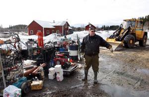 – Jag hann rädda det mesta ur verkstaden, säger Gunnar Jakobsson från Lillholmsjö.  Foto: Jan Andersson