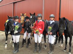 Fyra systrar Hammarström från Delsbo utgör Högbos elitponnylag som vann första lagomgången. Från vänster Klara Hammarström/Munsboro Swap Shop, Selma Hammarström/Munsboro Cross, Mathilda Hammarström/June och Amada Hammarström/Misty.