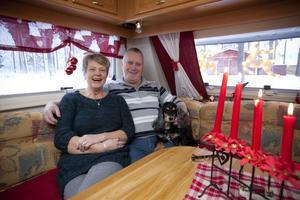 Ulla och Lars Holm har gjort det julfint i husvagnen på campingen vid Medskogssjön.